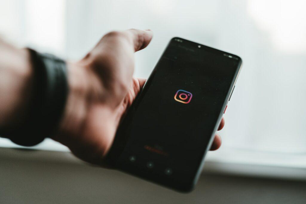 instagram marketing header image by Claudio Schwartz on unsplash